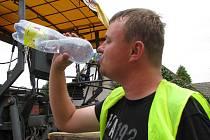 Asfaltéři (na snímku Jiří Hurda) spořádají za směnu i pět litrů vody. Vzhledem k podmínkám je to nezbytnost.
