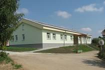 Spojené domky v lidmaňském ústavu sociální péče mají na střeše malou solární elektrárnu.