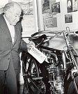 Ředitel muzea Jan Zoubek (na snímku) na motoristické výstavě v pacovském muzeu v roce 1964.