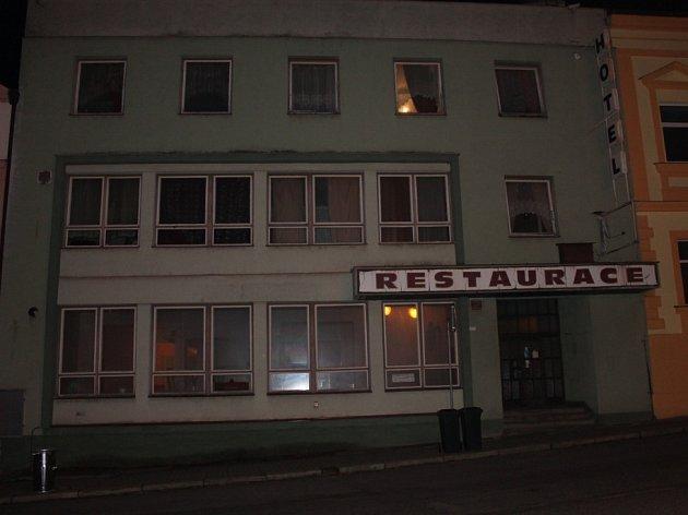 V přízemí dvoupatrové budovy, kde byla dříve restaurace, by měla vzniknout prodejní plocha. Zbylá dvě patra by měla i nadále fungovat jako ubytovací zařízení.