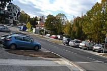 Žižkovou ulicí nyní vedou opravené silnice. Přibyl tu i chodník. Prostředí zkrášlí upravená zeleň.