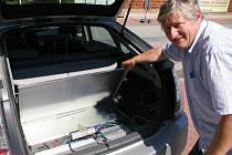 Jiří Svoboda si dokoupil i přídavnou sadu baterií – obě se vešly do zadní části auta, místo rezervy.