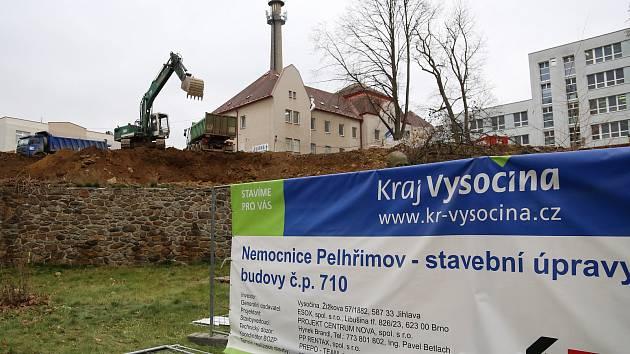 V areálu Nemocnice Pelhřimov roste pavilon pro dětské, gynekologicko-porodnické a neurologické oddělení.