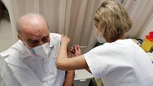 V pelhřimovské nemocnici začali proti Covidu-19 očkovat první zdravotníky