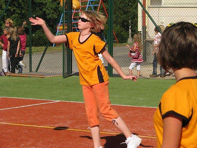 Želivští školáci pokřtili víceúčelové hřiště volejbalovým utkáním členů sportovního kroužku.