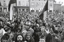 Zástup lidí, který se zúčastnil generální stávky 27. listopadu na Horním náměstí v Humpolci.