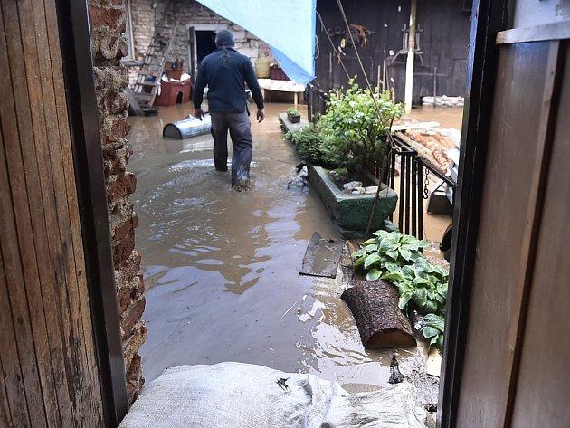 Kvůli sobotnímu přívalovému dešti stoupla hladina novorychnovského potoka, který se rozlil k okolním domům. Voda zaplavila sklepy, stodoly, garáže i zahrady.