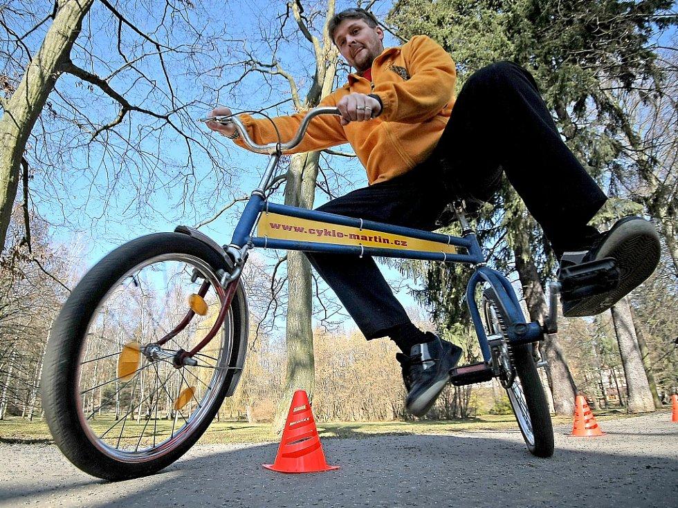 Martin Zehnal starší umí na všem, co si vyrobí, také jezdit. Sice přiznal, že jsou i kola, která nezvládne uřídit, třeba jednokolka anebo bicykl s otočeným řízením, jež zatáčí na jednu a jede na druhou stranu.