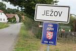 Obec Ježov přijíždějící vítá.