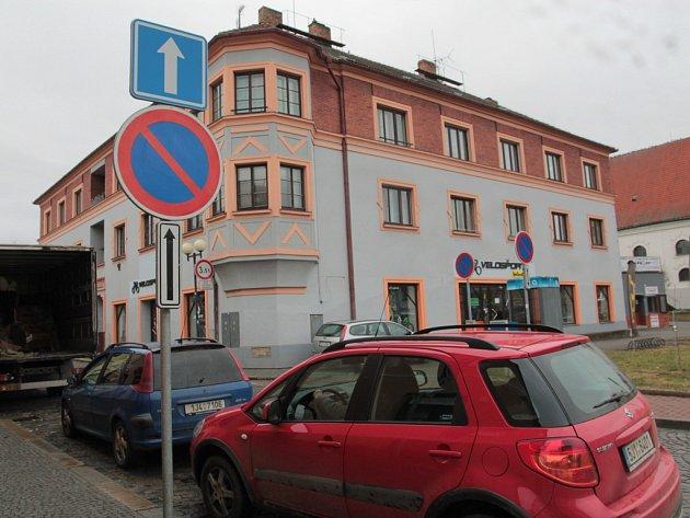 Přístup do centra Pelhřimova ulicí Dr. Tyrše rámovaly zákazové dopravní už dříve. Letos na podzim další přibyly, ale k pořádku na ulici zatím moc nepomohly.