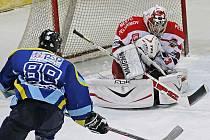 Hokejisté Pelhřimova v přípravném období prohráli s Milevskem oba zápasy. Povedou si dnes ve druhém kole druhé ligy lépe? Záležet bude i na výkonu Jakuba Kaiseršota (vpravo).