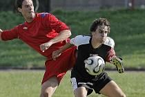 Třebíčští fotbalisté (v červeném Michal Vejmelka) byli v derby s Pelhřimovem  (v tmavém Patrik Fišer) fotbalovější a odvezli si tři body za vítězství 2:1. Branky jim zařídil kapitán Koníř a Havránek.
