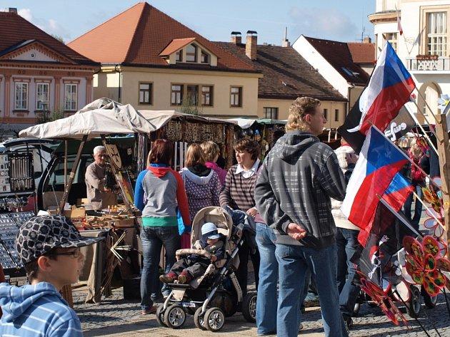 Pacovským se osvědčilo část náměstí Svobody vyhradit pro řemeslné stánky – ty jsou i na snímku z loňské pouti.