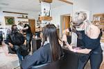 Kadeřnice Martina Brožová stříhá 11. května 2020 zákaznici vlasy v kadeřnictví v Pelhřimově, které otevřela po vynucené přestávce kvůli šíření koronaviru.
