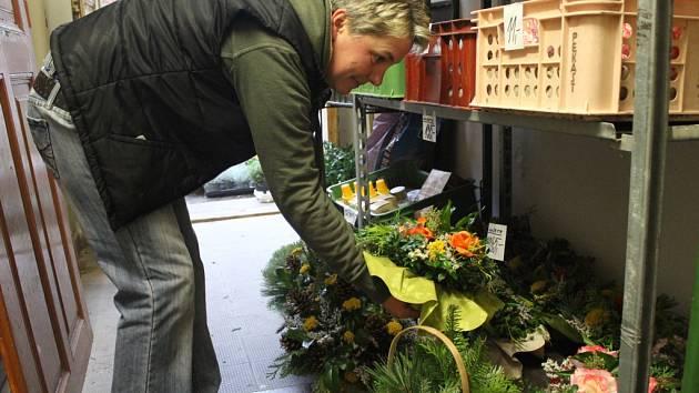 Přestože svátek zesnulých připadá na 2. listopadu, věnce a jiný typický sortiment pro tento svátek  nakupují lidé už teď.