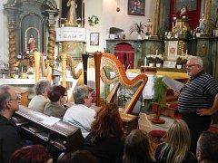 Posluchači kostel svatého Jana Nepomuckého ve Vyklanticích zcela zaplnili.