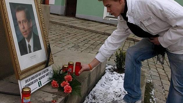 Soustrast nad smrtí Václava Havla mohou vyjádřit i Pelhřimovští.