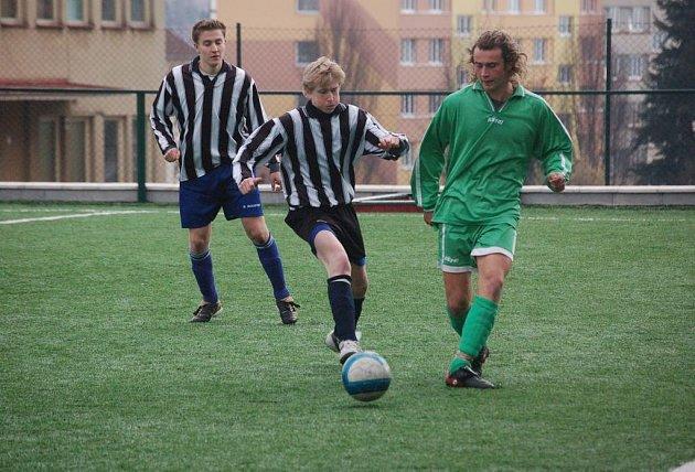 Pelhřimovští starší dorostenci sice s Hartvíkovicemi prohrávali, ale nakonec soupeře doslova rozstříleli. Utkání skončilo 9:1.