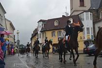 I když v neděli dopoledne, kdy byl na programu oblíbený tradiční průvod jezdců na koních zakončený zdravicí na Horním náměstí, vydatně pršelo, řada lidí si jedinečný okamžik nenechala ujít.
