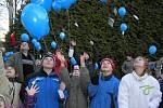 Celkem 331 modravých balonků vzlétlo v úterý 9. prosince přesně v 15.40 hodin od jiřické školy.