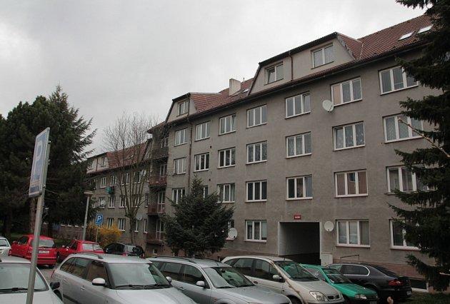 Městské byty v pelhřimovské Vnitřní ulici nešlo dvě desetiletí privatizovat kvůli dotovaným půdním vestavbám. Po uplynutí lhůty nemá žádost nájemníků podporu ze strany komunálních politiků.