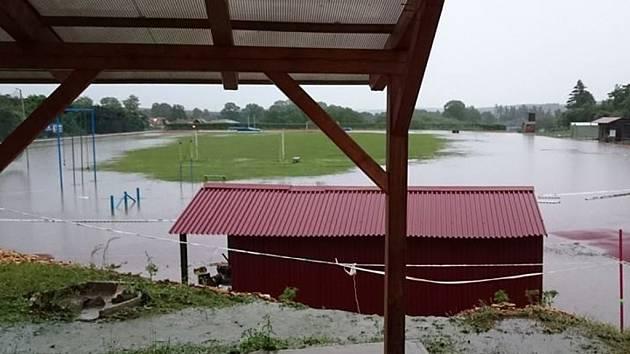 Atletický stadion U Svaté Anny v Pacově (na snímku) se stejně jako tamní volejbalový areál ocitl v neděli pod vodou. Voda napáchala škody i na komunikacích či v pacovské sokolovně.