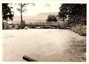 Provizorní most na Gabrielku. V pozadí je vidět vyrytý rygol, neboli vodní příkop, z Kolébky. V tu dobu ještě kravín v těchto místech nestál.