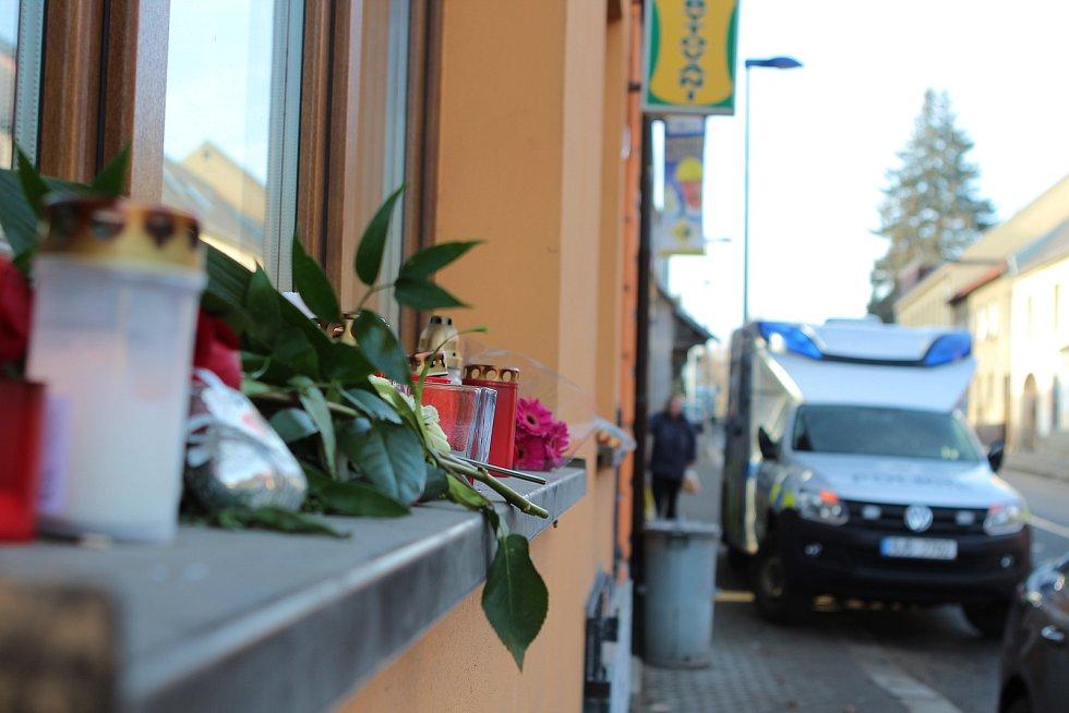 Podnik je stále zavřený. Kromě toho, že se před ním hromadí svíčky a květiny, v pondělí byli na místě i kriminalisté a sbírali další důležité stopy.
