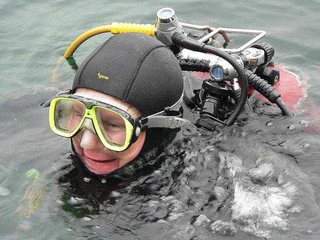Potápěči přivítali nový rok v zatopeném kamenolomu v Horní Cerekvi.
