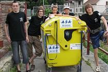 1. DEN - Parta pěti kluků z Pelhřimova  společně se žlutým kontejnerem budou týden brázdit okres a užívat si vandru s...