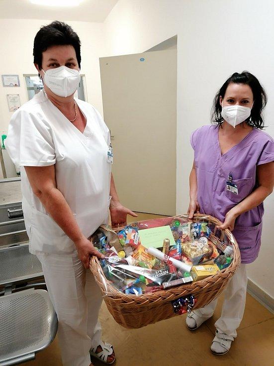 Tým gynekologicko–porodnického oddělení Nemocnice Pelhřimov za svou práci nedávno dostal koš plný dobrot od spokojených rodičů.