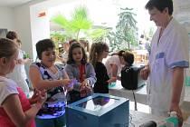 Děti v úterý v pelhřimovské nemocnici dostaly za odměnu kalendáře, zalaminovaný postup správného mytí rukou, který si mohou vyvěsit ve třídě, a jako symbol každý obdržel tleskací ruce.