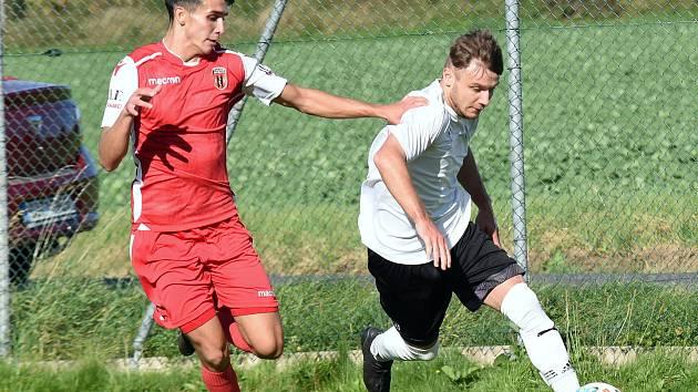 V nedělním okresním derby mezi fotbalisty Pelhřimova (v bílých dresech) a Speřic (v červeném) se body po remíze 2:2 dělily.