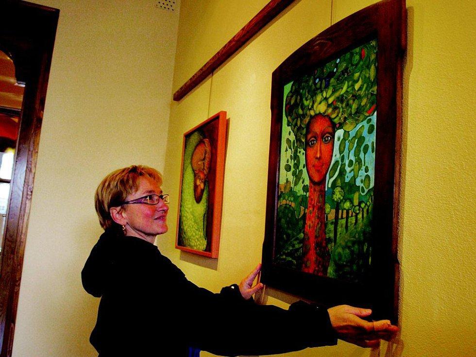 Takové jsou obrazy Evy Dolejšové (na snímku). 30. listopadu jí končí výstava v pelhřimovské Galerii M
