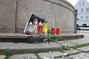 Spontánní pietní místo na pelhřimovském Masarykově náměstí.