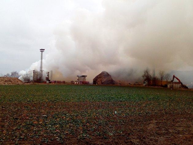 Požár skládky dřevního odpadu v Nové Cerekvi.