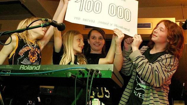 Nejmladší rocková pelhřimovská kapela Výprodej pokřtila v pátek večer své nové promo CD nesoucí výstižný název Škola je kriminál.
