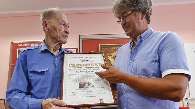 Miroslav Marek (vpravo) z Agentury Dobrý den předává 25. července 2019 v Pelhřimově certifikát Miroslavu Šnejdarovi.