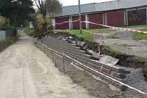 """Úzká silnice za """"hasičárnou"""" v Pelhřimově je od minulého pondělí uzavřena."""