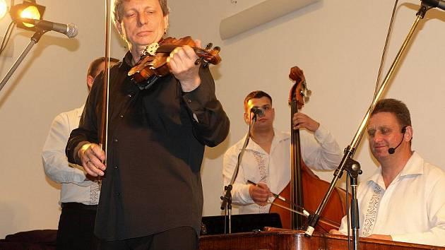 Na pódiu vlasenického kulturáku zahrál třeba i Hradišťan.