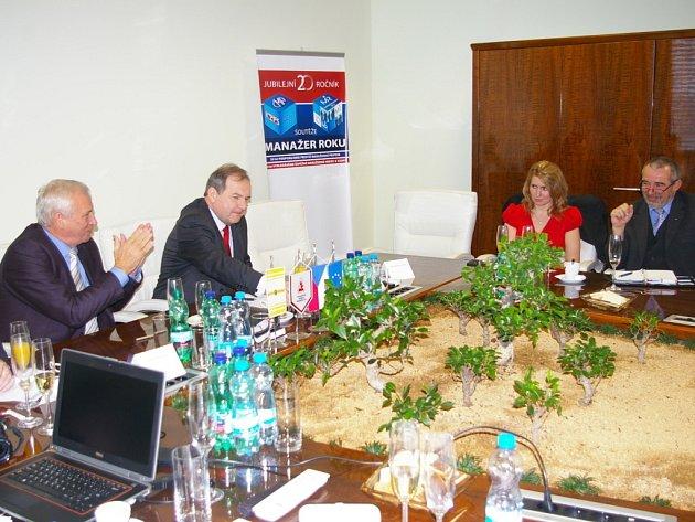 Setkání přineslo i názorové střety. Zleva ředitel Agrostroje Lubomír Stoklásek, prezident ČMA Pavel Kafka, krajská radní Jana Fialová a ředitel SPŠ-SOU Pelhřimov Pavel Hlaváček.