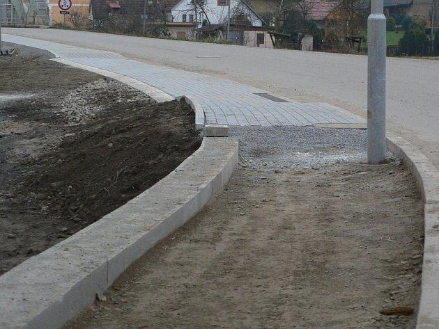 V Hořepníku opravují chodník.