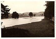 Osada Gabrielka byla založena pravděpodobně v roce 1800 v souvislosti s vybudováním železných hutí v okolí Kamenice nad Lipou, stejně jako Antonka nebo Johanka. Snímek je pořízený od hřbitova Bradlo.