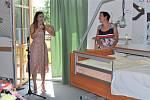 Kateřina Hortová (vlevo) věnovala Domovu pro seniory v Pelhřimově multifunkční lůžko.