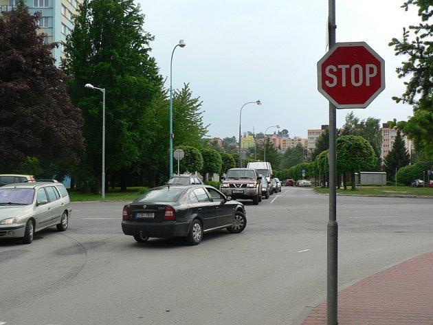 Komplikovaný dopravní uzel na Pražské ulici  brzy nahradí kruhový objezd.
