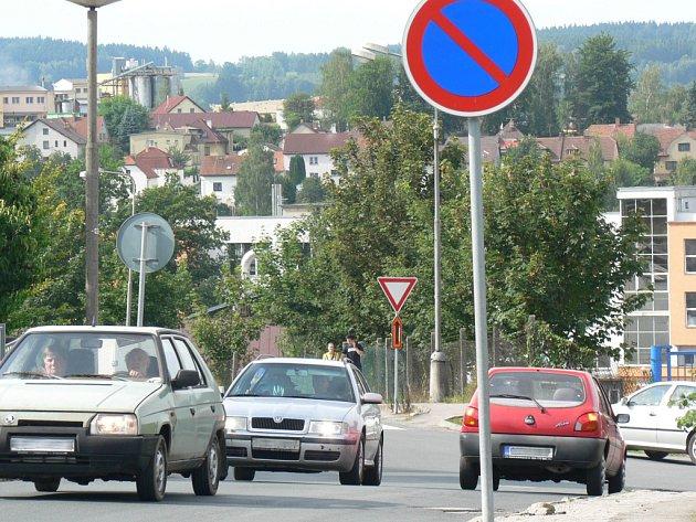 Každodenním obrázkem jsou v Křemešnické či Dobiášově ulici v Pelhřimově dlouhé kolony vozidel. Občas se tam podle místních  mihne i nějaký ten kamion.