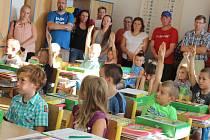 Do lavic Základní školy Komenského v Pelhřimově včera usedlo jedenašedesát prvňáčků. V 1.A své nové žáčky přivítala třídní učitelka Martina Baštová.