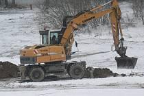 Práce na vybudování nové vodní plochy v areálu Propad nedaleko Pacova jsou v plném proudu.