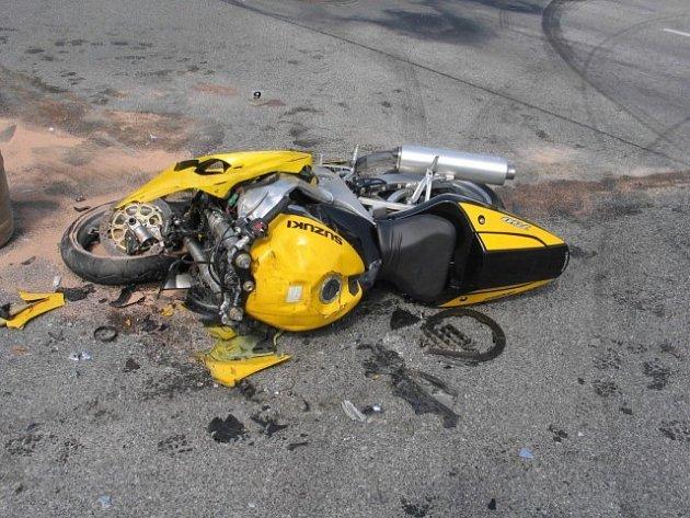 Další smrtelné zranění motorkáře se stalo ve středu na okraji Humpolce. Řidič motocyklu nepřizpůsobil rychlost jízdy svým schopnostem a okolnostem v silničním provozu a v prostoru křižovatky se střetl s nákladním vozidlem.