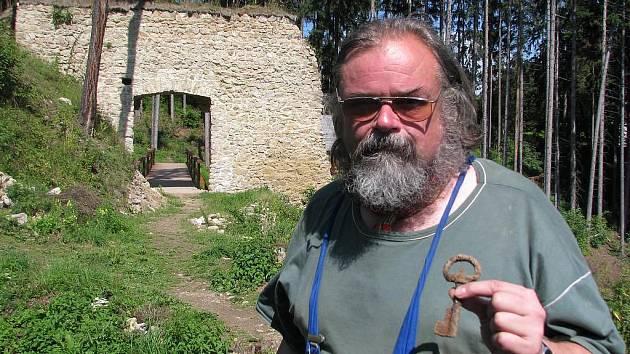Přední český archeolog Tomáš Durdík by dokázal poutavě vyprávět o humpoleckém hradu Orlík celé hodiny.